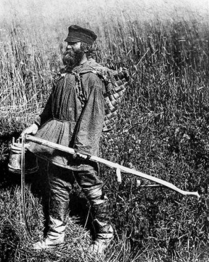 Крестьянин с пестерем за плечах. Пестерь - заплечный короб из лыка, бересты. Автор: Источник фото: antique-salon.ru