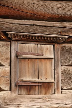 Косящатое окно с очельем и одним ставешком. Дом из деревни Таборы 1802 года постройки. Музей в Нижней Синячихе.. Автор: Юлия Крутеева