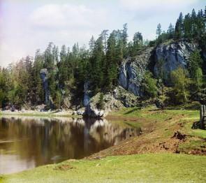 Боец Высокий - место причала барок со столбами-хватками. Автор: С.М. Прокудин-Горский, 1912 г.