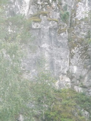Такие же крест и надпись высечены напротив на скале бойца Писаного.. Автор: Дмитрий Латышев