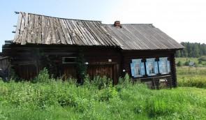 Дом в деревне Мартьяновой на Чусовой. Лучи солнца в дом - из окна в окно золото бревно.. Автор: Татьяна Латышева