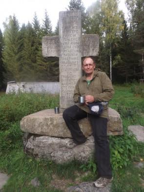 Демидовский крест напротив бойца Писаного.. Автор: Дмитрий Латышев