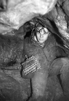 Спелеолог 70-х, в руках штурмовая лесенка. Автор: фото из архива СГС