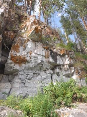 Трон Вождя на скале, справа над входом в грот. Автор: Михаил Латышев