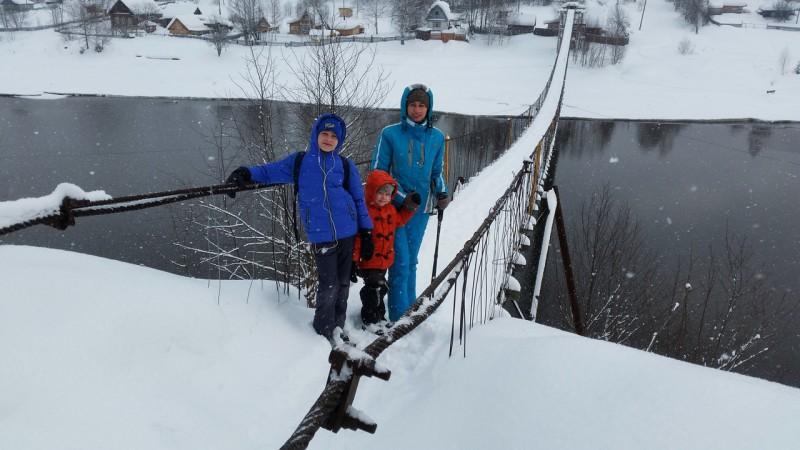 Семья на подвесном мосту. Автор: Дмитрий Гордеев