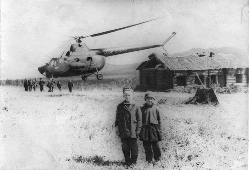 Мама с братом в полевом лагере геологов в урочище Капкалка. Автор: фото из семейного архива