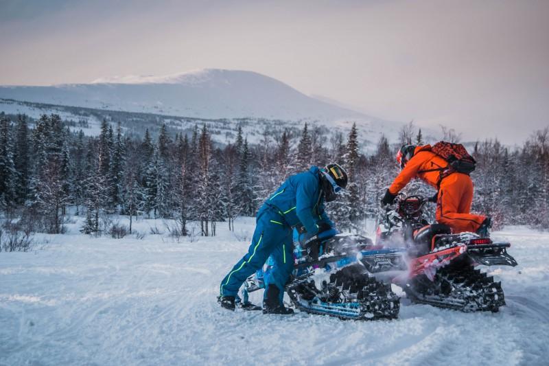 Зато удалось скатиться на снегоходах с вершины. Автор: Тимофей Лесняк