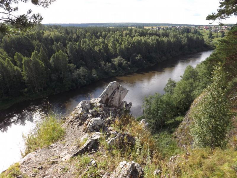 Вид с Кукушкина камня на деревню Каменку, которая стоит на левом берегу Чусовой.. Автор: Михаил Латышев