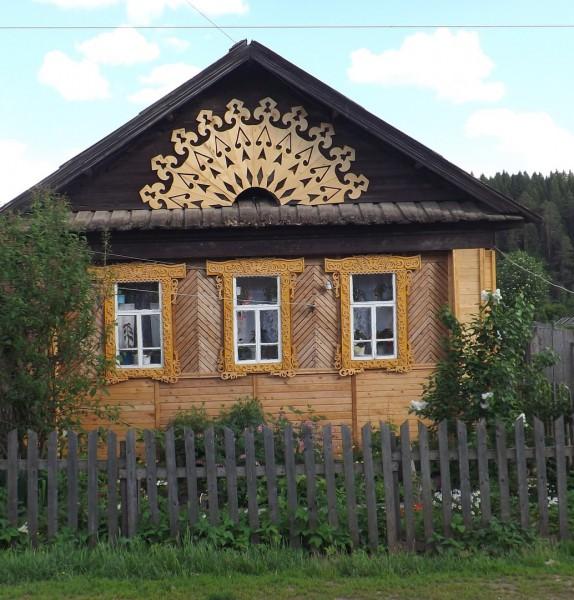 Дом со знаком Солнца в селе Кын на Чусовой.. Автор: Михаил Латышев
