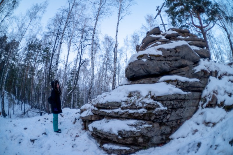 Самая высокая точка острова Веры - останец с крестом.. Автор: Константин Теличко