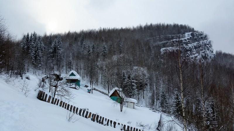У подножия горы на окраине поселка. Автор: Дмитрий Гордеев