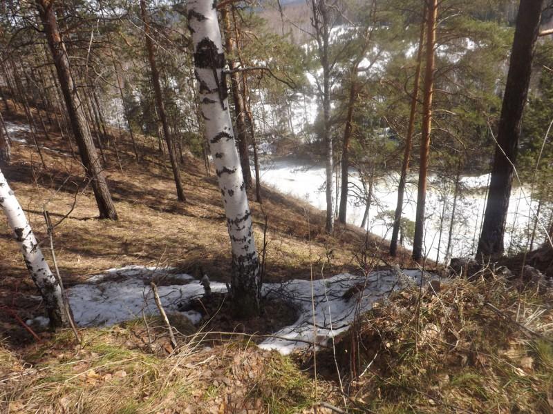 Справа был отвесный склон бойца. Внизу белела река.. Автор: Татьяна Латышева