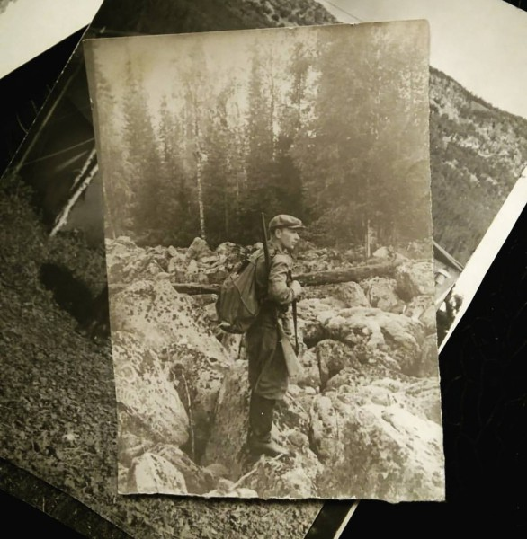 Дедушка на курумах хребта Капкалка. Автор: фото из семейного архива