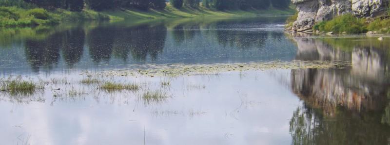 Волнительно, когда Чусовая входит в перебор. Кажется, что прибрежные луга устремляются вслед. Автор: Дмитрий и Татьяна Латышевы