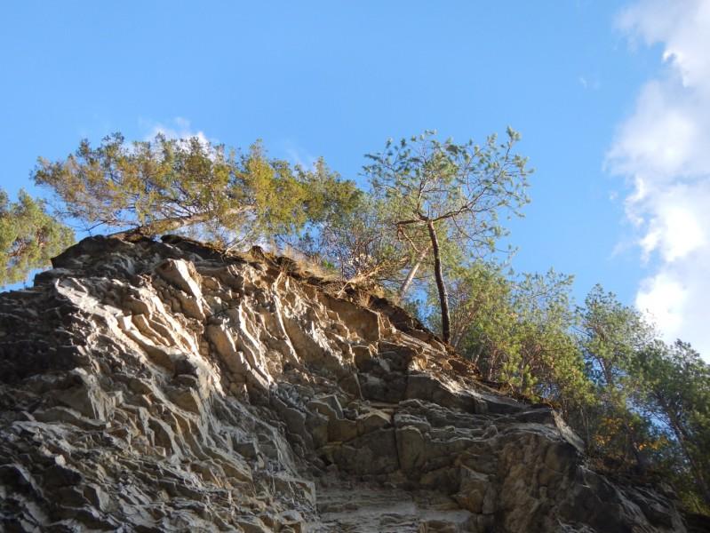 Это с воды вверх, с лодки прямо. А следом снова и острова, и перекат, и скалы.. Автор: Андрей Вяткин