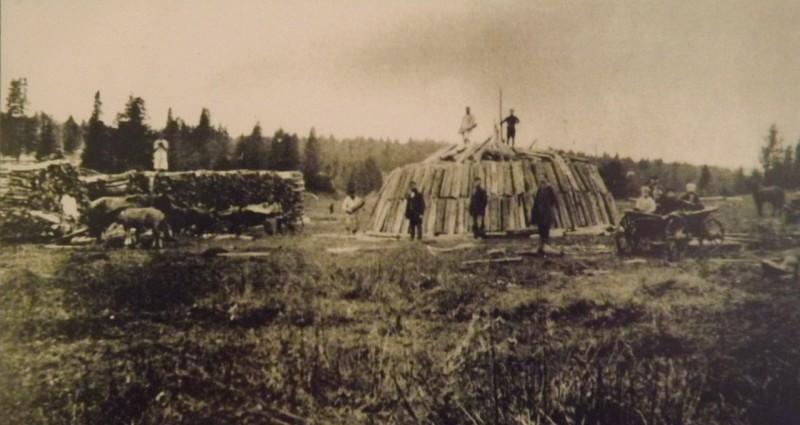 Углежоги складывают дрова в кучи. Автор: Кыновский музей