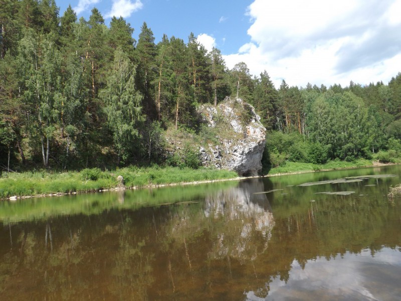 Каменный зуб навис над рекой.. Автор: Дмитрий Латышев