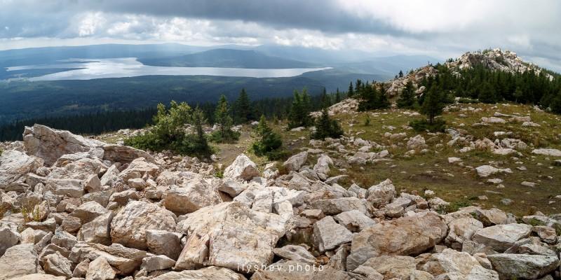 Вид на озеро Зюраткуль с одноименного хребта. Автор: Дмитрий Илышев