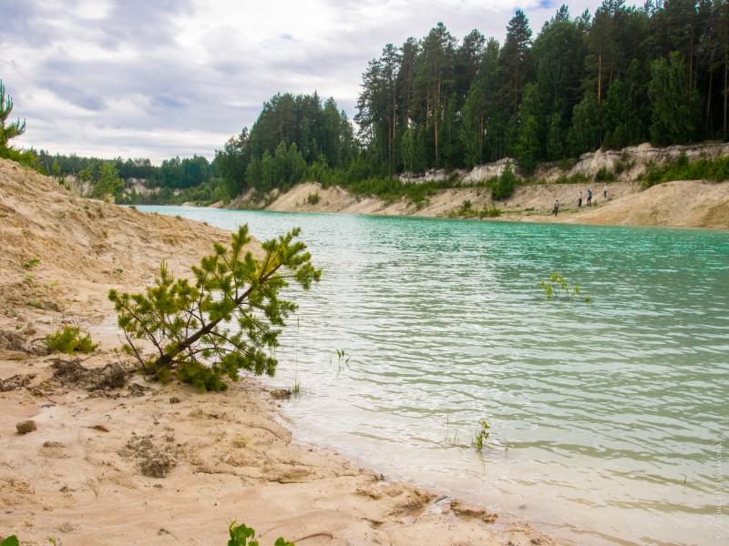 Каолин  делает берега карьера белоснежными, а воду лазурной. Автор: Лариса Позднякова