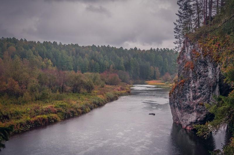Дыроватый камень. Автор: Евгений Бобров