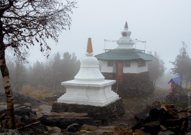 Буддийский монастрыь на горе Качканар. Ступы. Автор: Лариса Позднякова