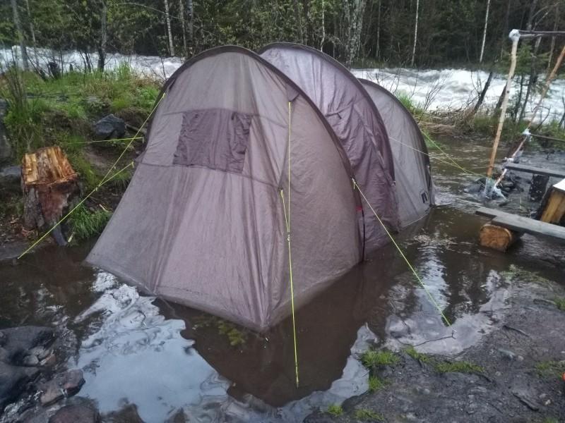 Большая наша 4-х местная палатка стояла в воде. Автор: Евгений Жаравин