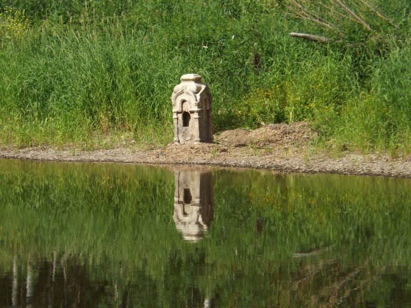 Напротив камня у берега мы увидели старинное надгробие.. Автор: Михаил Латышев