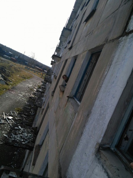 Из окна заброшенного дома вид на заброшенный город. Автор: Евгения Ушакова-Суздалева