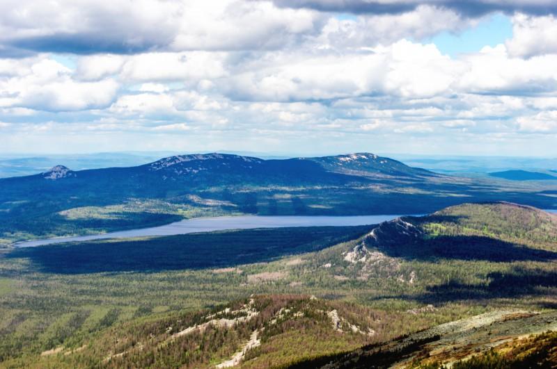 Озеро Зюраткуль, за ним хребет Зюраткуль. Автор: Константин Теличко