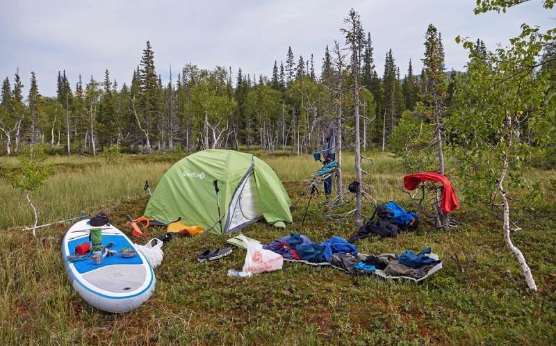 Многофункциональный сап в лагере на болоте. Автор: Александр Миков