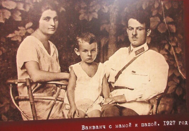 Ашхен и Шалва Окуджавы. Булат посередине. Автор: Михаил Латышев