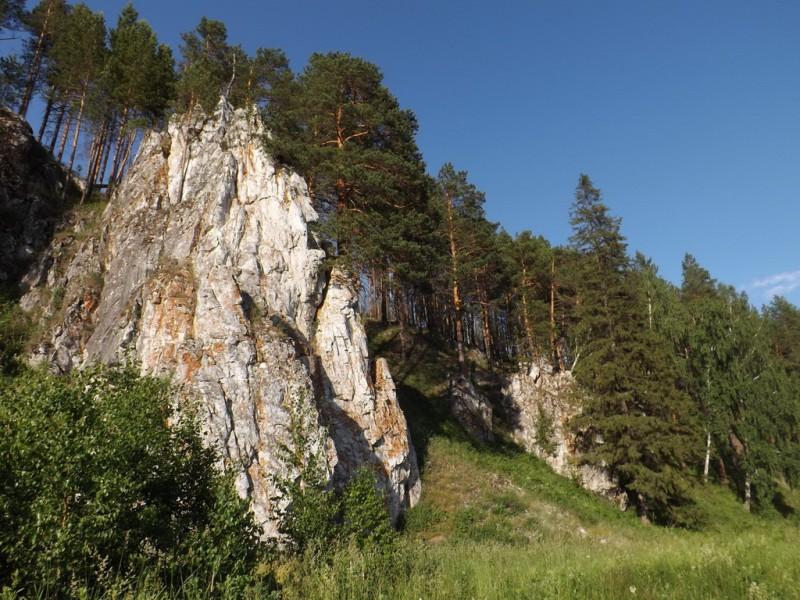 Боец Высокий у Трёки сложен живописными скальными отрогами, уходящими в лес. Автор: Дмитрий Латышев