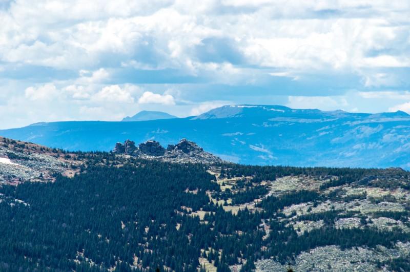 Там, за горой со снегом, пирамидой со скошенной вершиной возвышается Иремель (1582м).. Автор: Константин Теличко