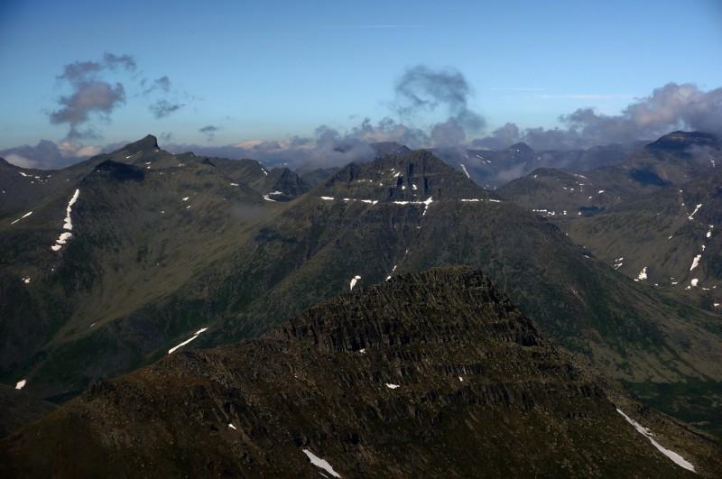 Вид на гору Лжеманарага с горы Манарага. Автор: Павел Чеботарь