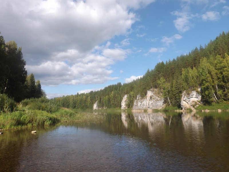 Выше по течению гряда Столбов превращается в маленькие скалы.. Автор: Дмитрий Латышев
