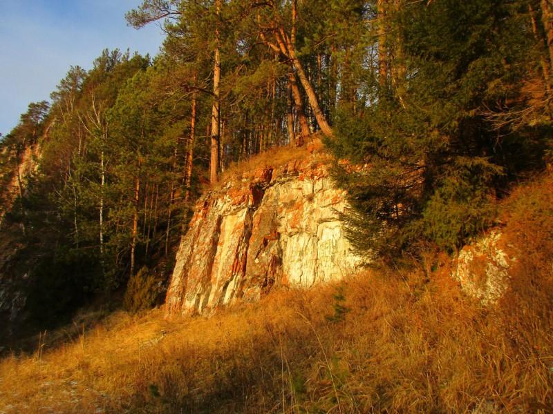 Золото водопадами лилось на берег со стен багровых камней, украшенных лишайниками.. Автор: Михаил Латышев