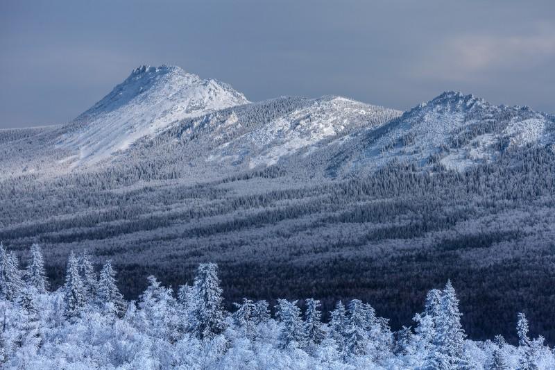 Вид на хребет Большой Таганай с Чёрной скалы. Автор: Михаил Трахтенберг