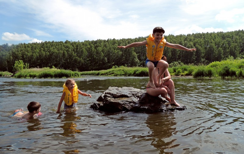 Купание детей на Исети.. Автор: Надежда Яркова