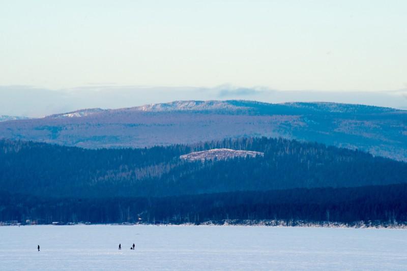 Гора Лысая (высота 582 метра). С вершины горы хорошо просматривается как сам Тургояк, так и его младший брат — озеро Инышко.. Автор: Константин Теличко
