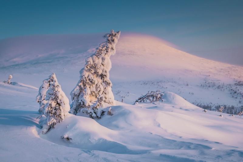Особенно красивым выглядела вершина горы, которая была укутана шапкой из облаков, имеющая почти фиолетовый цвет. Автор: Тимофей Лесняк
