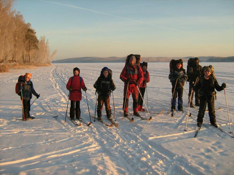 Утро встретило нас золотым рассветом, в лучах которого наша команда, по льду пруда. Автор: Максим Поляков