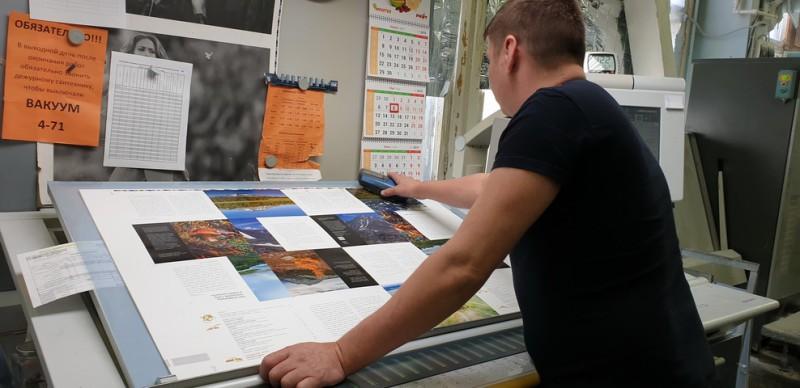 Типография. Проверка цветов печатником. Автор: Лариса Позднякова