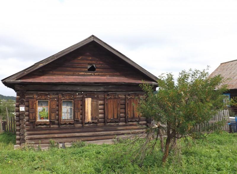 Дом с некрашеными наличниками в Староуткинске на Чусовой.. Автор: Михаил Латышев